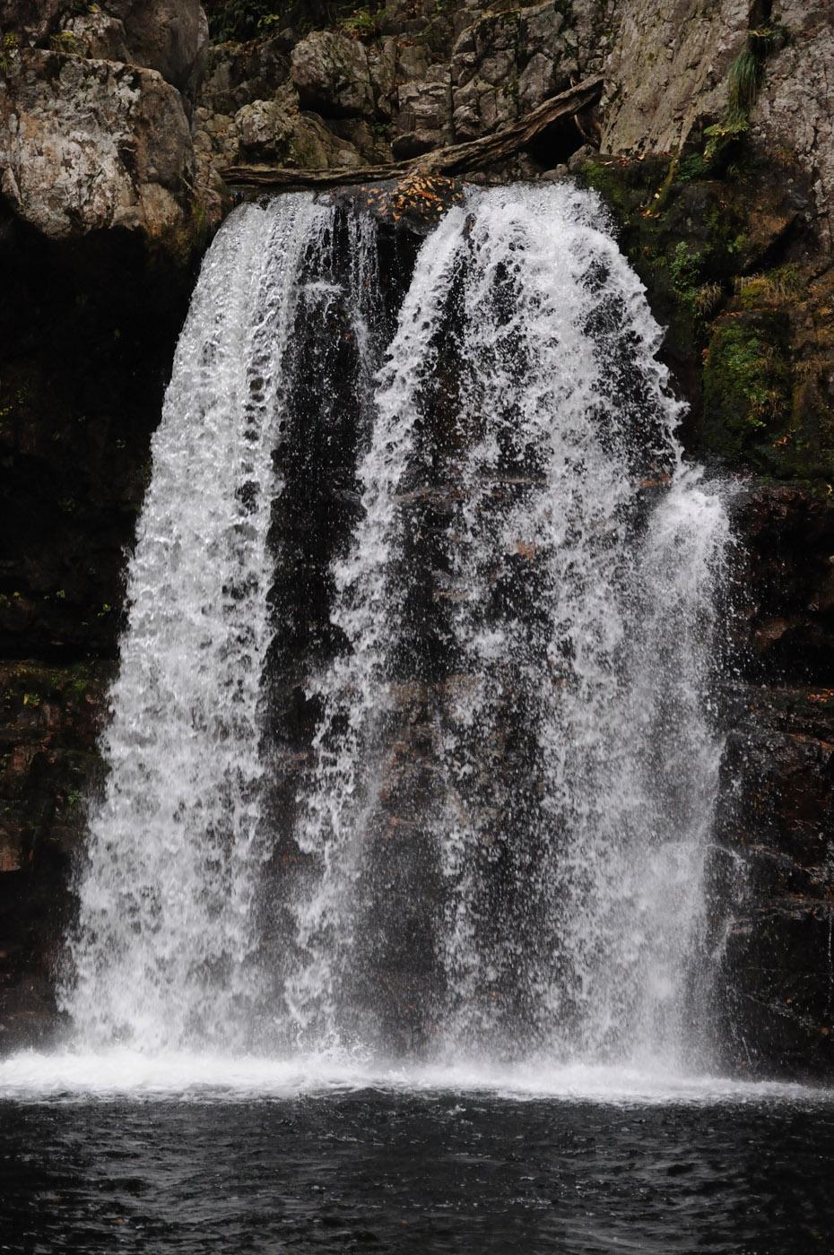 露出時間が1/320秒の滝の写真です