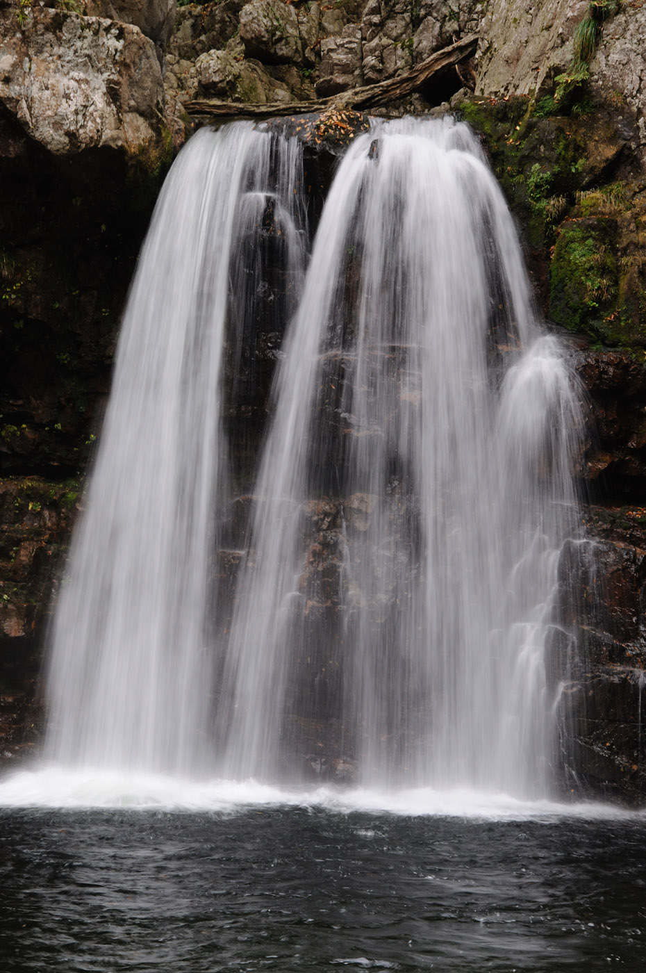露出時間が1/8秒の滝の写真です