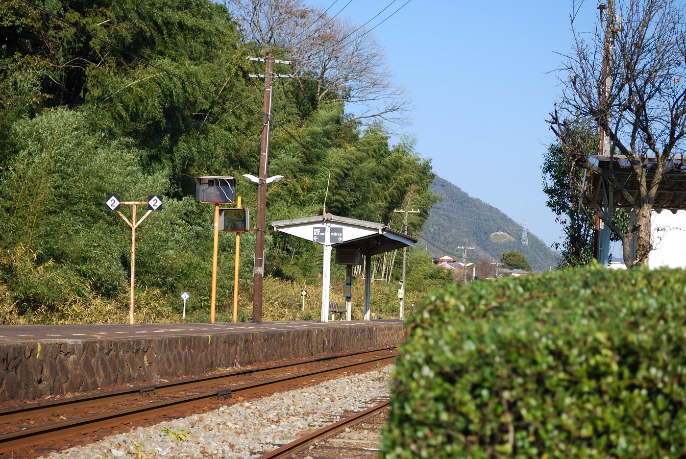 中三田駅の手前に植木を入れて