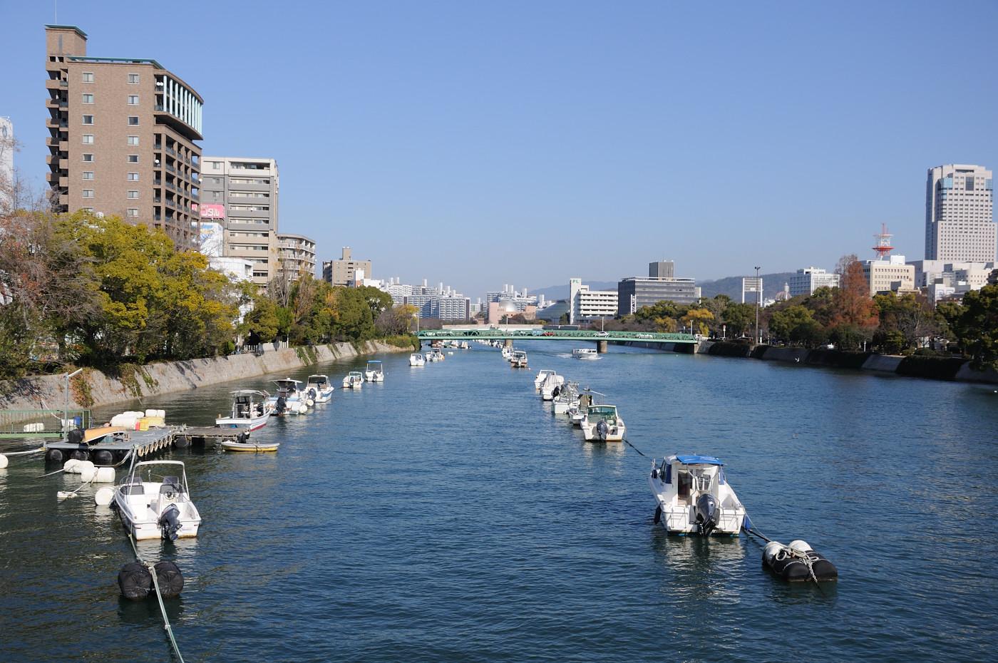 川にずらりと並ぶ船です