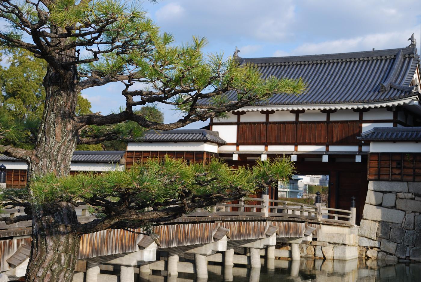 広島城の堀を渡る橋です