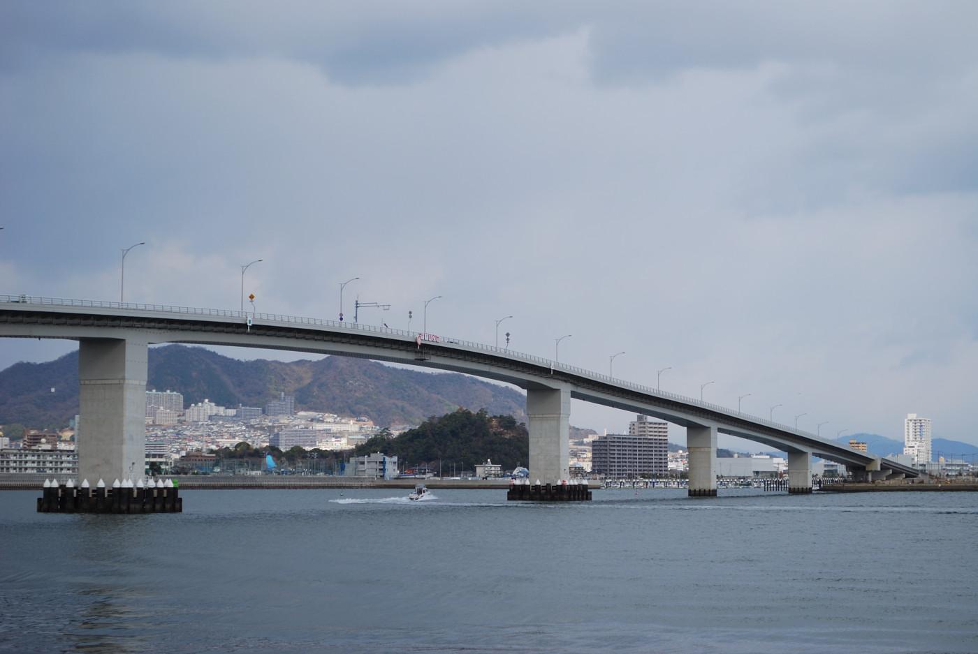 広島はつかいち大橋を中望遠で横から