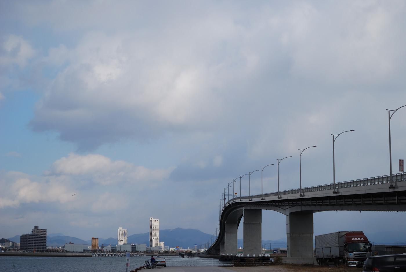 広島はつかいち大橋を中望遠で正面に
