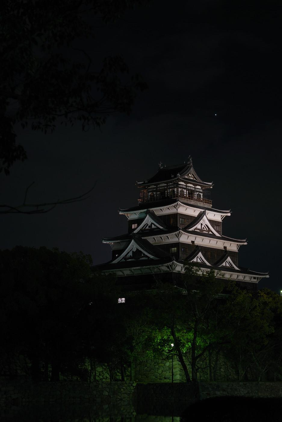 ライトアップされた広島城と金星