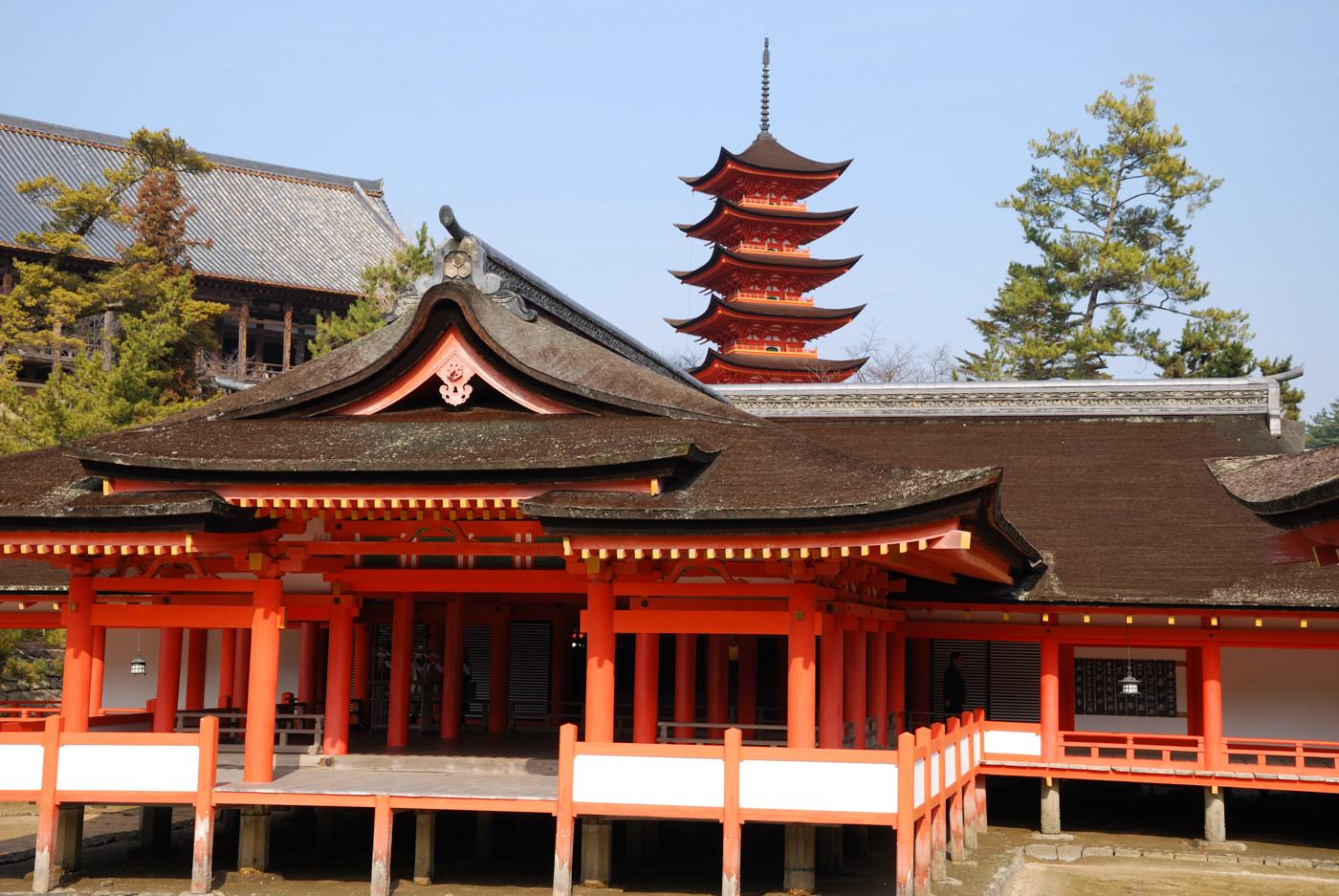 厳島神社の本殿から五重塔を38mm(57mm)で撮影
