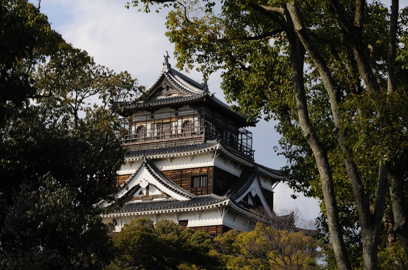 広島城の天守閣を望遠で