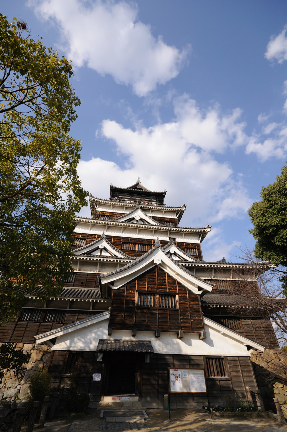 広角で広島城の天守閣その3