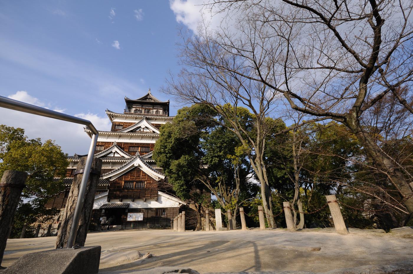 広角で広島城の天守閣その2