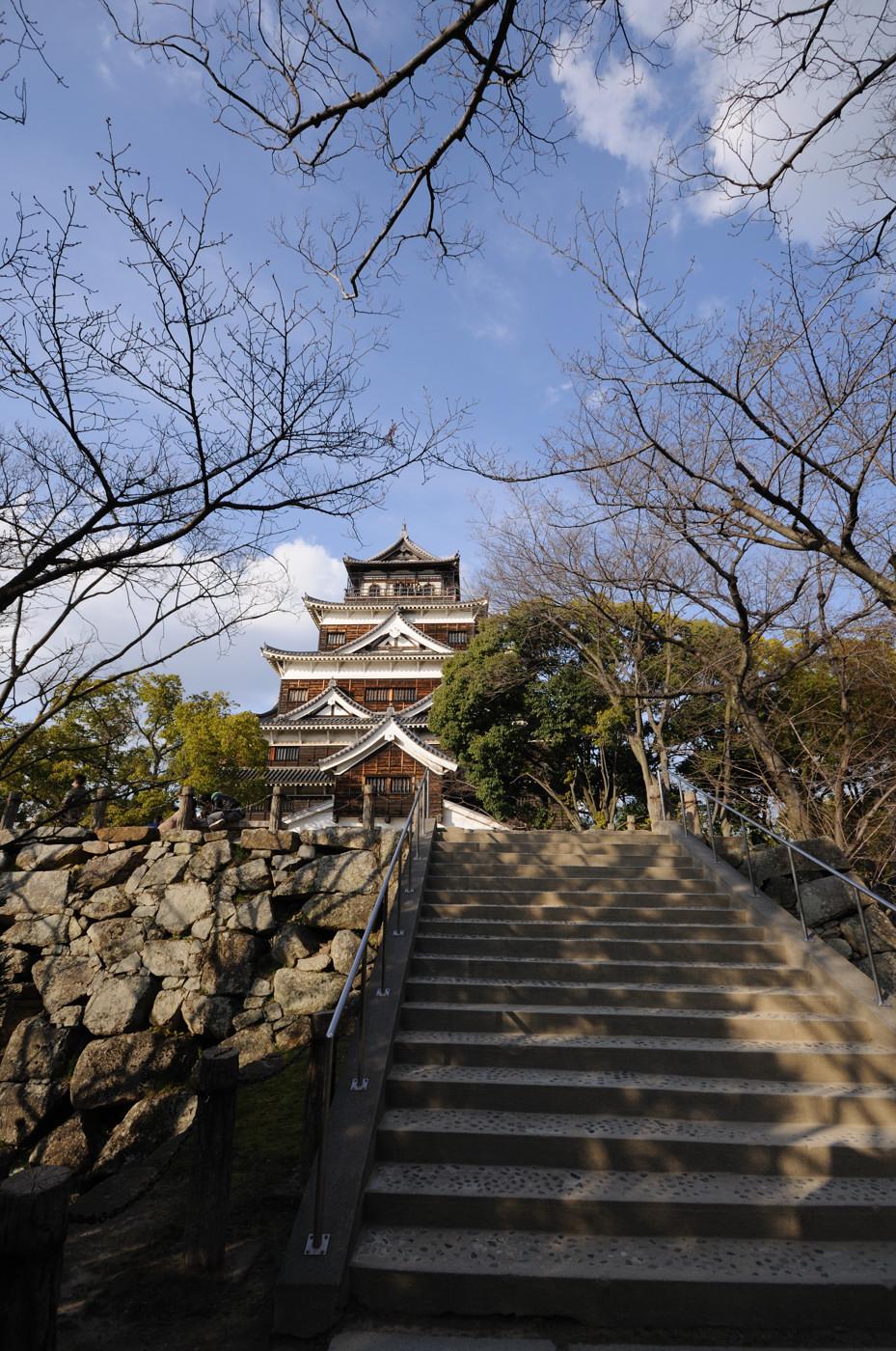 広角で広島城の天守閣その1