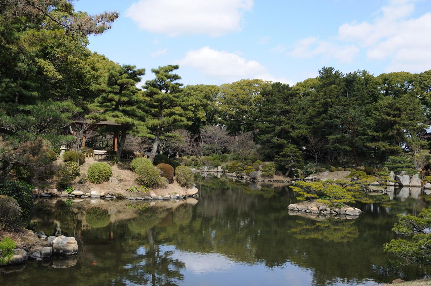 縮景園の池の付近