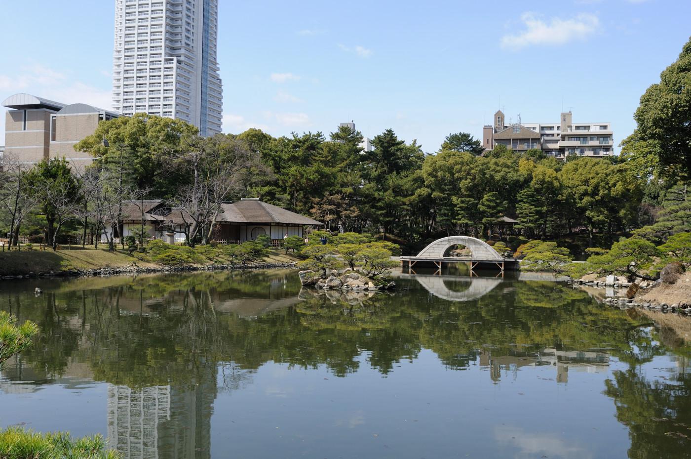 高い建物と縮景園