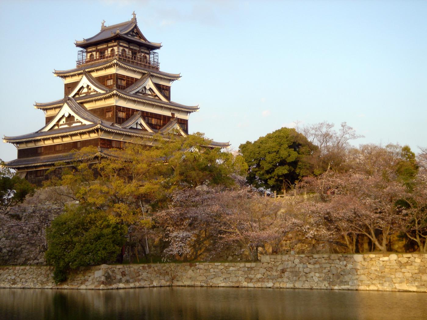 天守閣の周りの桜
