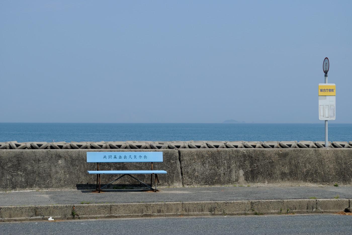 海のあるバス停