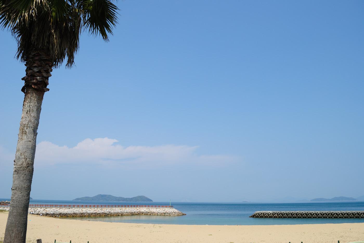 キレイな砂浜と雲と海