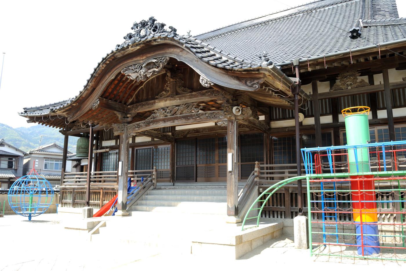 遊具とお寺の融合