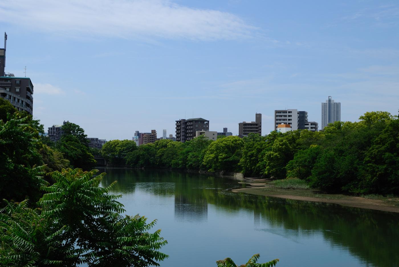 空と写りこんだ川~