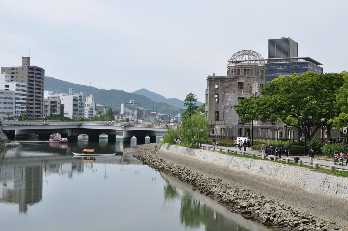 原爆ドームと川とすいすい号