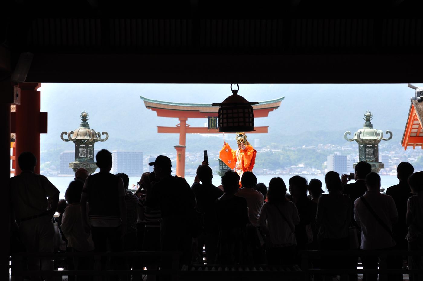 厳島神社で舞の様子を室内から!