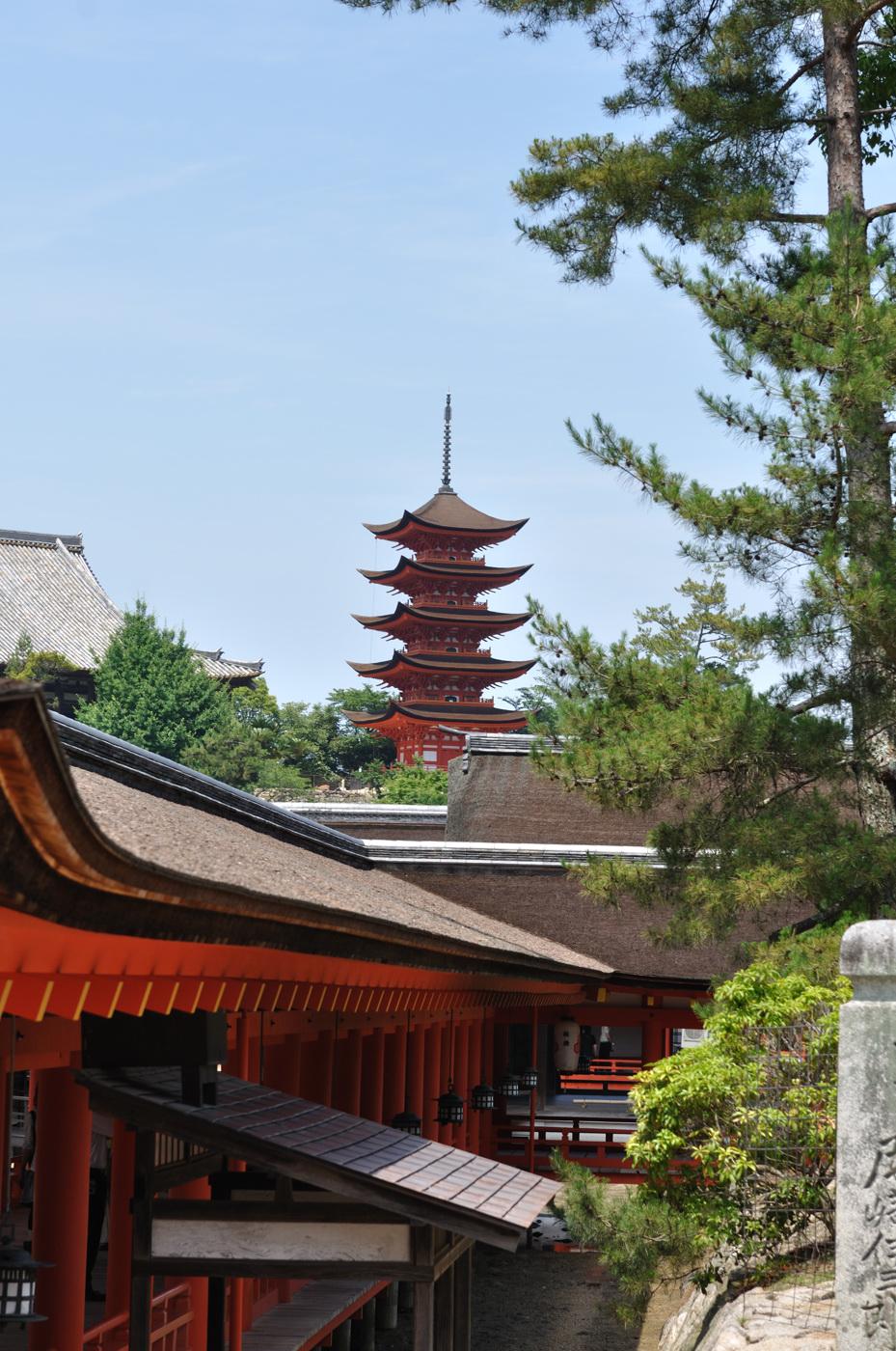 厳島神社の出口から五重塔だじぇ
