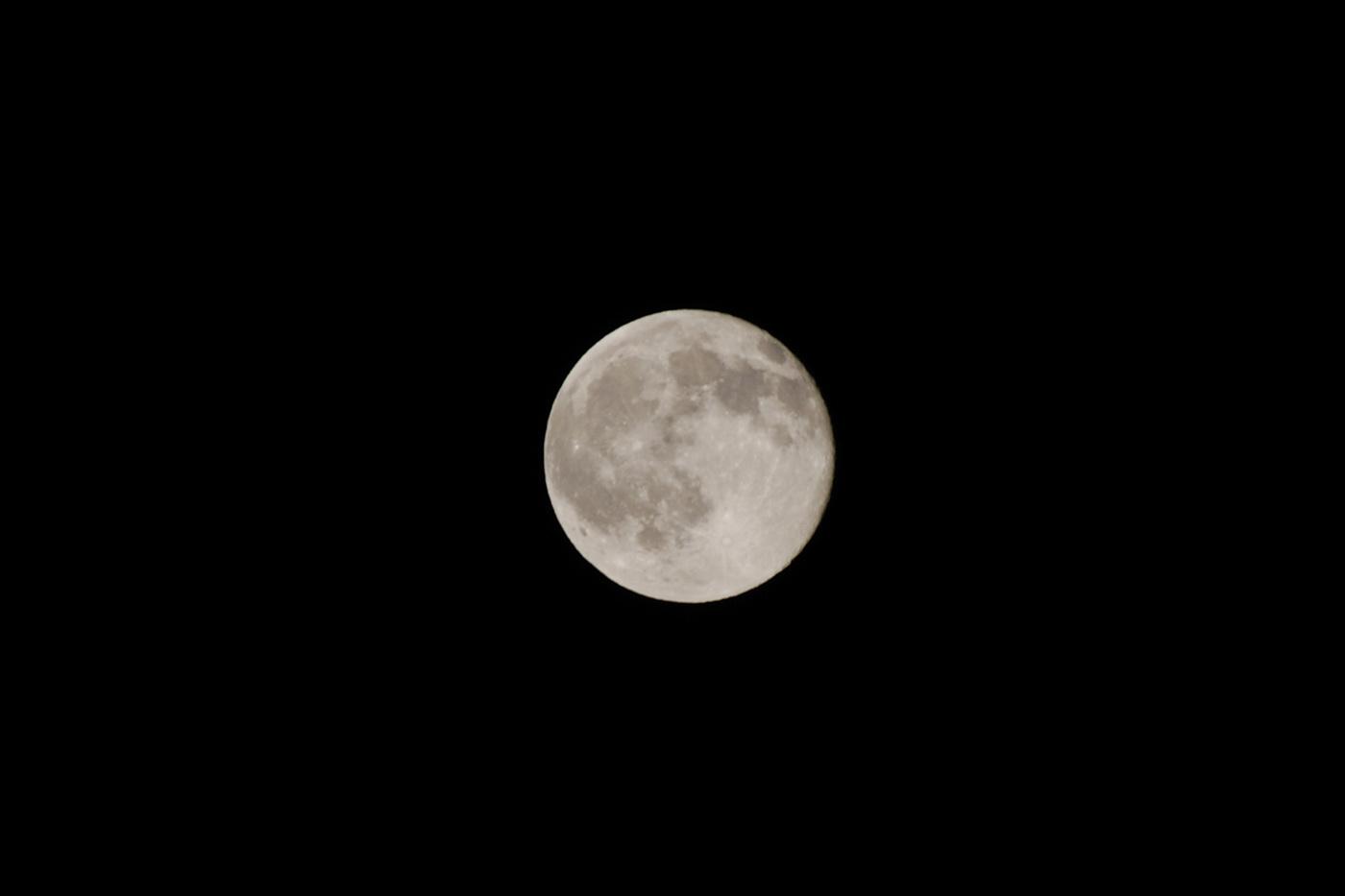 久しぶりに月の写真だじぇ(トリミングあり)