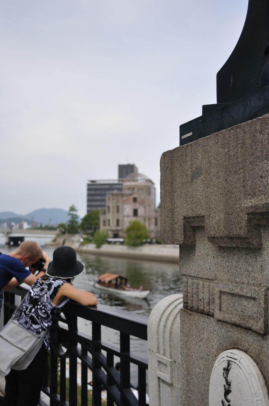 観光客と原爆ドーム