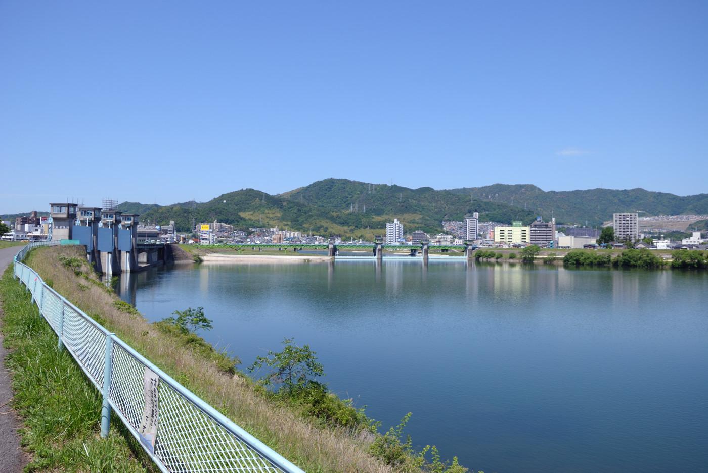 青い空と水門