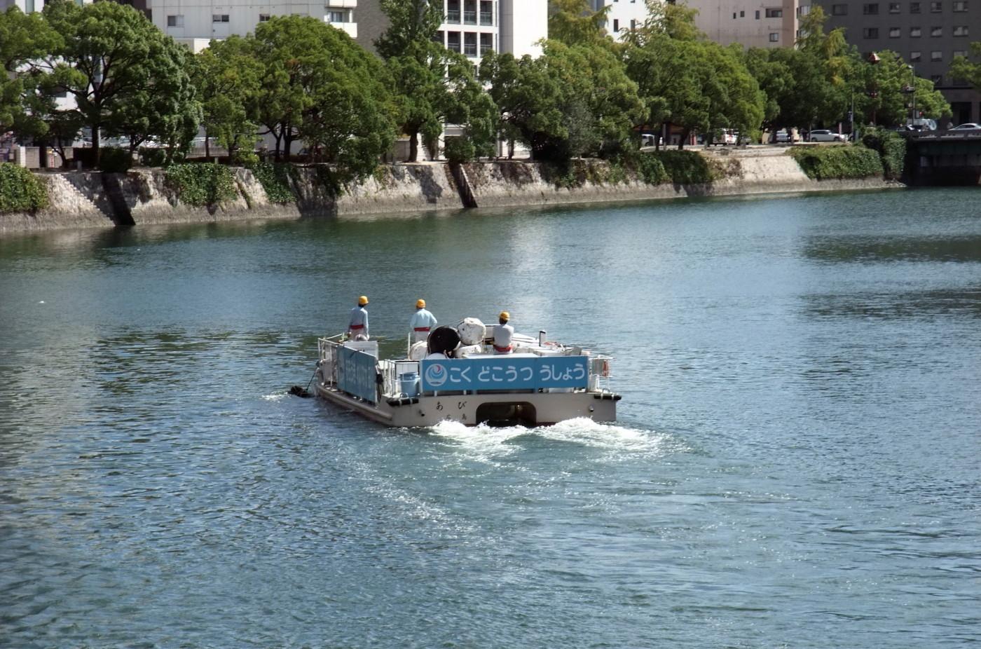 国土交通省の川お掃除船