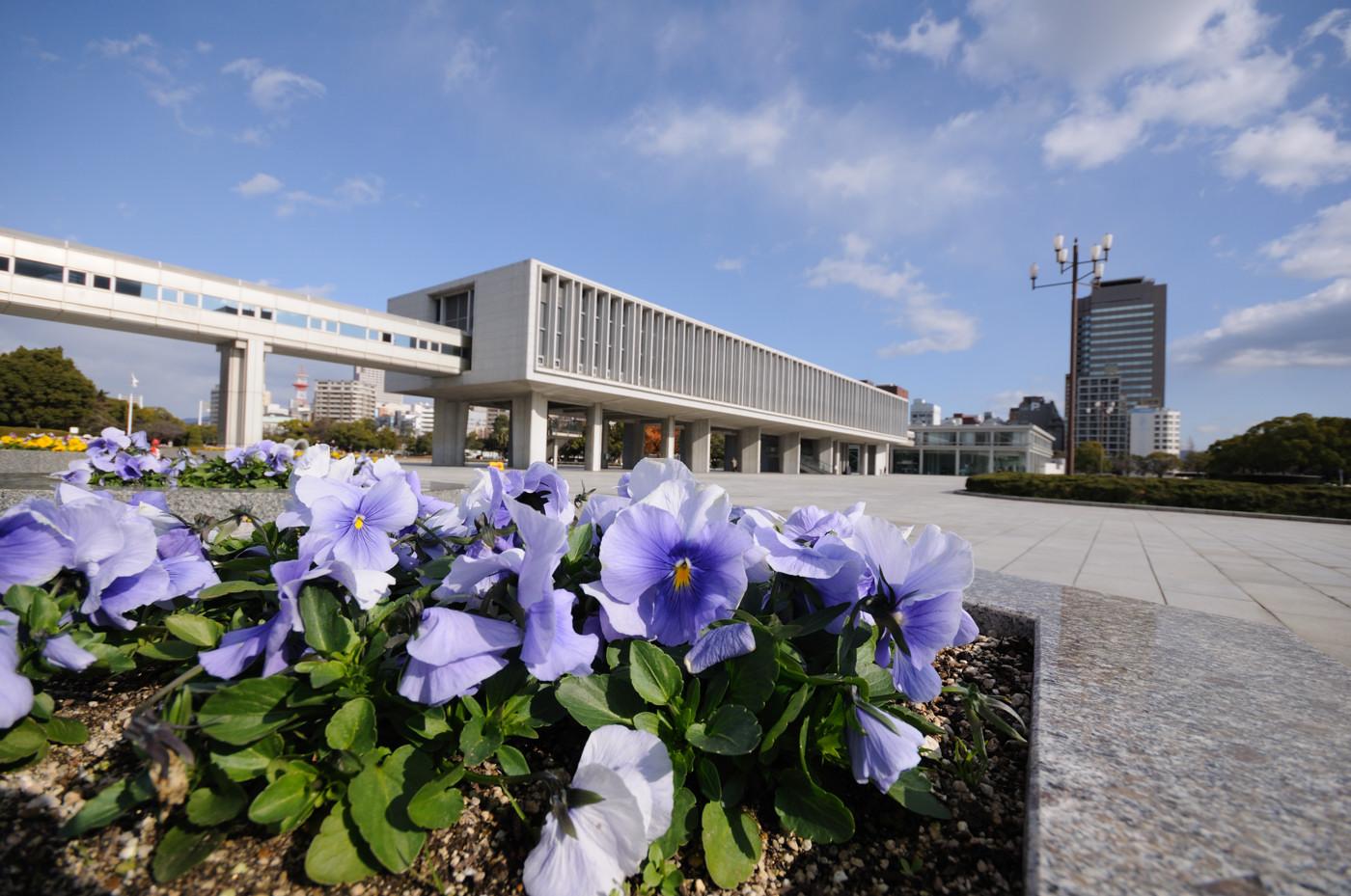 超広角で花と広島平和記念資料館でゲソ